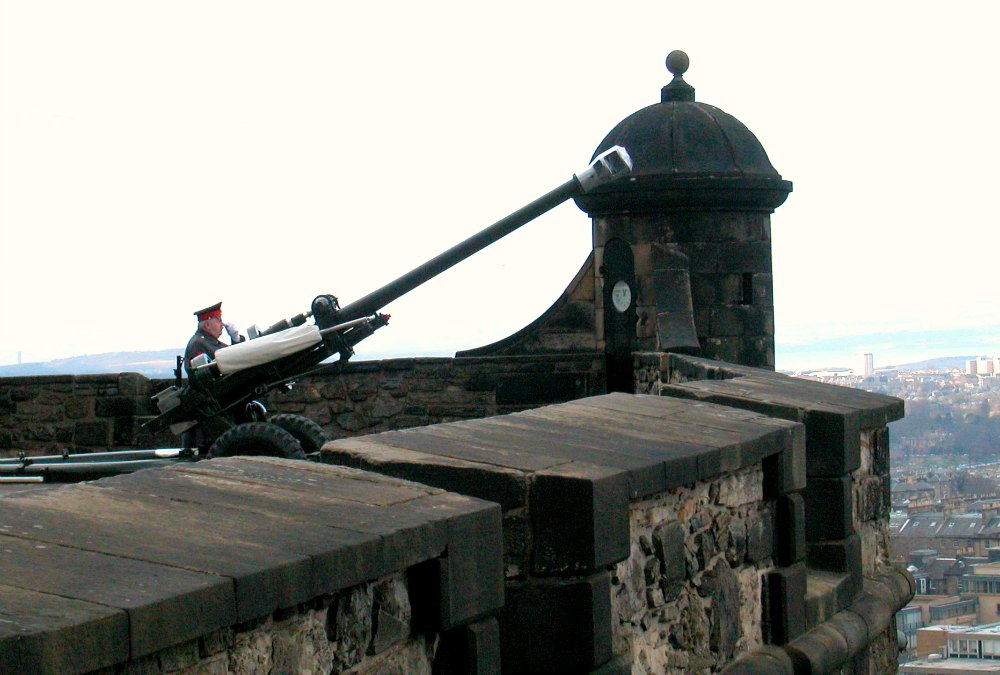1 o'clock gun Edinburgh castle